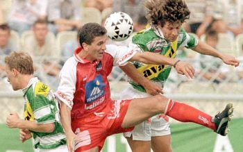 Attila Sekerlioglu im Kampf um den Ball gegen Andreas Heraf